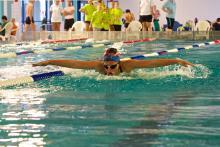 Johanna Dechend fliegt übers Wasser.